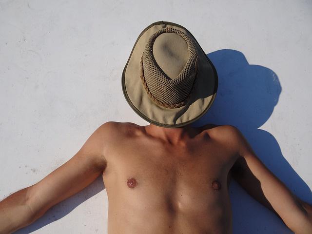 積極的に日焼けする男性